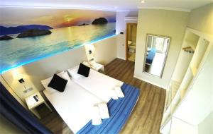 Double or twin Room with Extra Bed and View