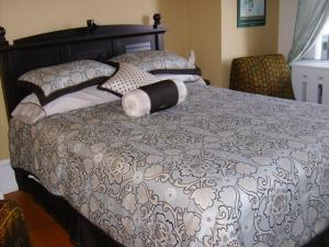 Queen Room with Single Bed