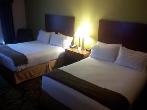 Queen Room with Two Queen Beds - Disability Access Tran Shower/Non-Smoking