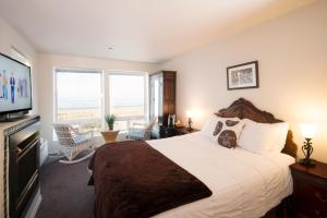 Queen Room with Ocean View- non pet friendly