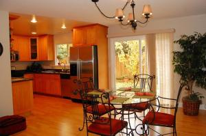 2 Bedroom Home On Andsbury Ave In Mountain View