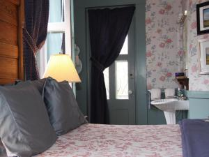 Deluxe Queen Room with Shower - Carrigain