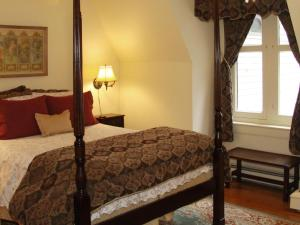 Queen Room with Twin Bed - Hancock