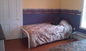 Queen Room with Single Bed and Shared Bathroom