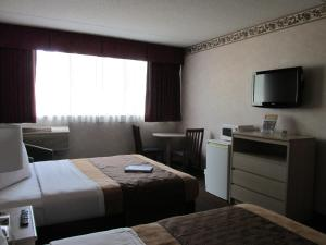 Queen Room with Two Queen Beds with Mountain View - Non-Smoking