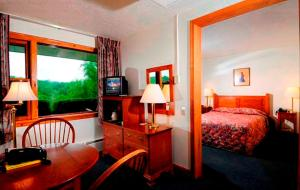 Queen Room with Twin Bed with View