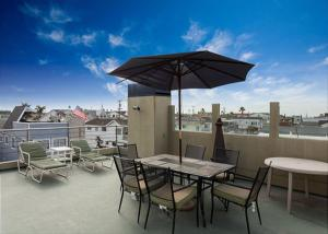 Photo of Contemporary 4 Bedroom Condo With Rooftop Deck Unit B