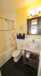 Queen Room with Shared Bathroom G1B