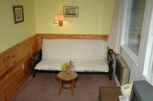 Room #6 - Standard Room with Queen Bed and Futon