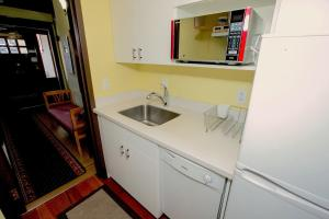 Queen Room with Shared Bathroom M1