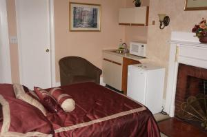 Double Room with One Queen Bed - Fourth Floor- 41