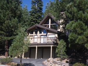 Tahoe Donner Cabin With Alpine Views And Hot Tub