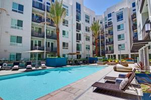Wilshire La Brea Apartments