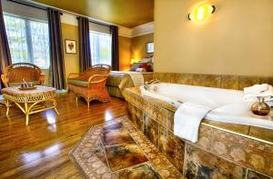 Deluxe Queen Room with Hot Tub