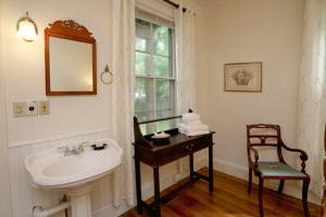 Queen Room with Petite Bathroom - Ground Floor