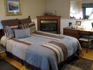 Queen and Twin Room (3 Adults + 1 Child)