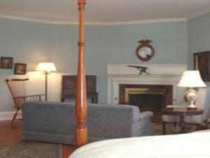 Queen Room with Fireplace - Castine