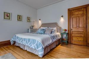 Deluxe King Room with Shared Bathroom