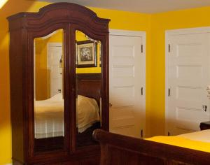 Canary Queen Room With Shared Bathroom