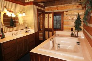 Elk Lodge One-Bedroom Cottage with Spa Bath – Forest View