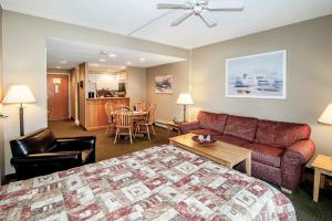 One-Bedroom Condo with Queen Murphy Bed/ 2 Double beds