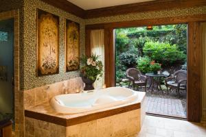 Deluxe King Room with Spa Bath - Non-Smoking