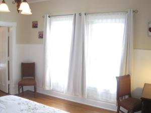 Niagara Grandview Upper Balcony Corner King Room with Premium River View