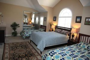 Queen Room and Two Twin Beds with Shared Bathroom