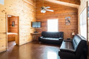 Two-Bedroom Cabin with Two Queen Beds - Sofa Bed 3