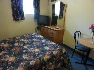 Double Room with One Double Bed - Semi Basement