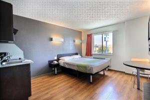 Studio with Queen Bed - Disability Access/Non-Smoking