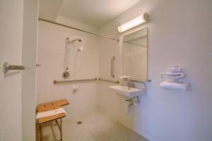Queen Room with Roll In Shower - Disability Access