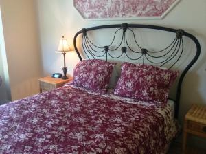 Country Room with Queen Bed
