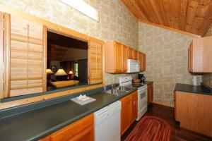 Luxury One-Bedroom Cabin with Kitchen
