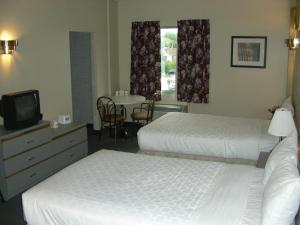 Double Room with Two Double Beds and One Queen Bed