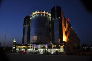 Photo of Al Bustan Crown Hotel 2