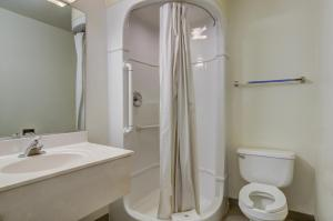 Standard Queen Room with Roll-in Shower