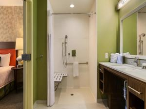 Queen Suite with Roll-In Shower - Disability Access