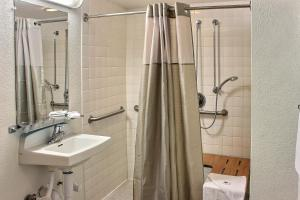 Standard Double Room with Roll-in Shower