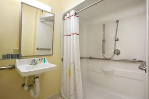 Queen Studio Suite with Roll-in Shower - Disability Accessible