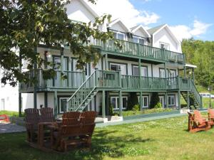 Tadoussac hotels hostels accommodation lonely planet for Auberge maison gagne tadoussac canada