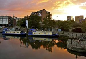 Houseboat Hotels in Sheffield, South Yorkshire, England