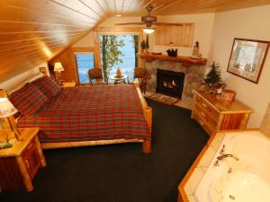 Log Home Suite with Lake View
