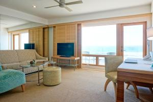 One-Bedroom Queen Suite with Ocean View