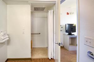 Standard Room with Roll-in Shower
