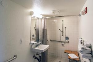 Standard Queen Room with Roll-in Shower- Disability Access