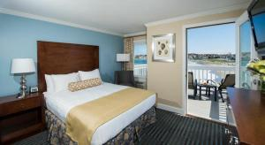 Queen Center Room - Ocean Front