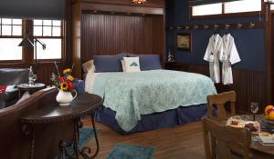 Deluxe King Room with Spa Bath (Lake Superior)