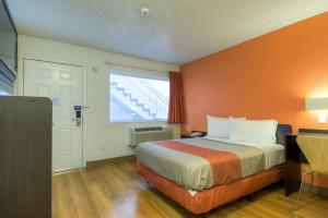 Motel 6 Las Vegas Tropicana room photos