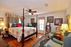 Queen Room with Intracostal View